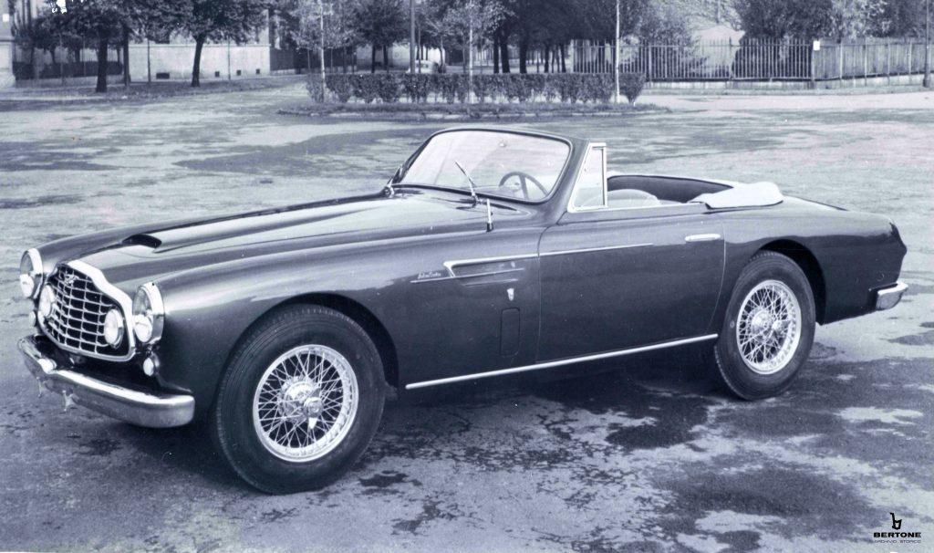 Egy-egy  Aston Martin is bejött a képbe, ez egy DB2 Drophead Coupé, Pininfarina-emblémás, 1953-as